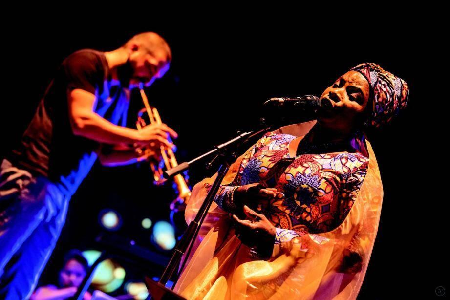 Angélique Kidjo, l'une des plus grandes artistes de la musique internationale, qui a le don de mélanger les sons les plus divers et Ibrahim Maalouf, instrumentiste populaire de la scène musicale française.