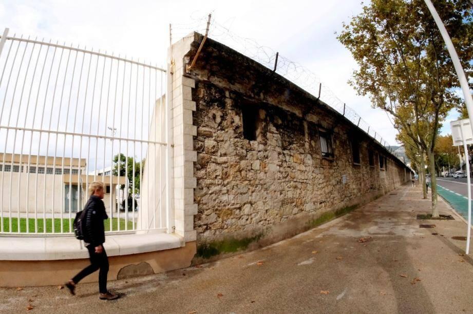 Le grand mur de l'ancien arsenal du Mourillon va tomber.