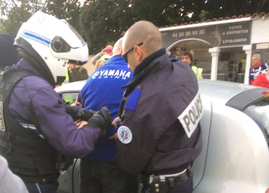 Un policier renversé par un conducteur à un point de blocage des gilets jaunes.
