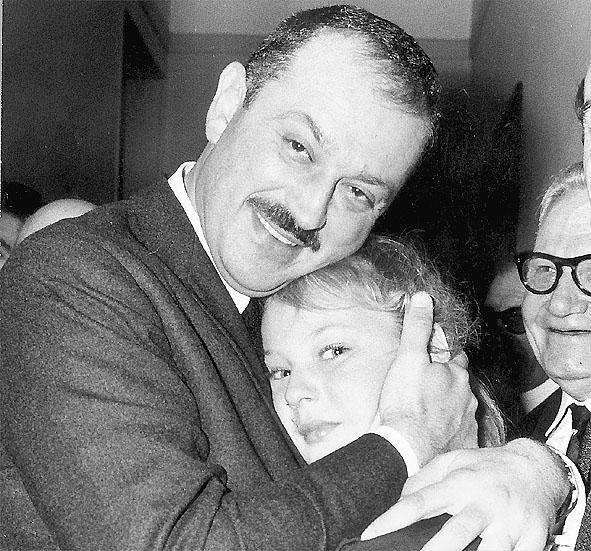 Martine Médecin (11 ans) dans les bras de son père Jacques, qui vient d'être élu maire de Nice pour la première fois.