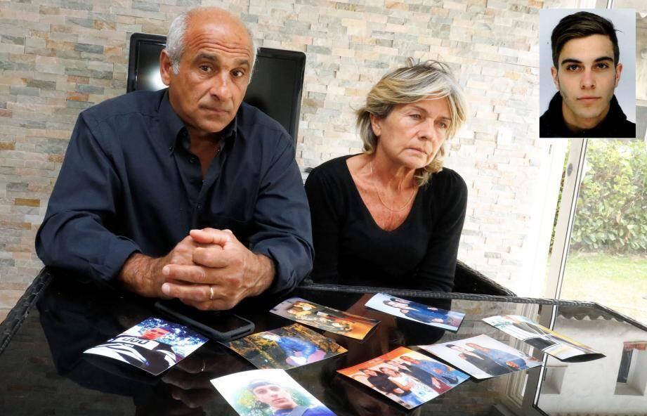 Franck et Joëlle Ribal devant des portraits de Kévin: « Un beau jeune homme, souriant, sportif, avec des projets. »