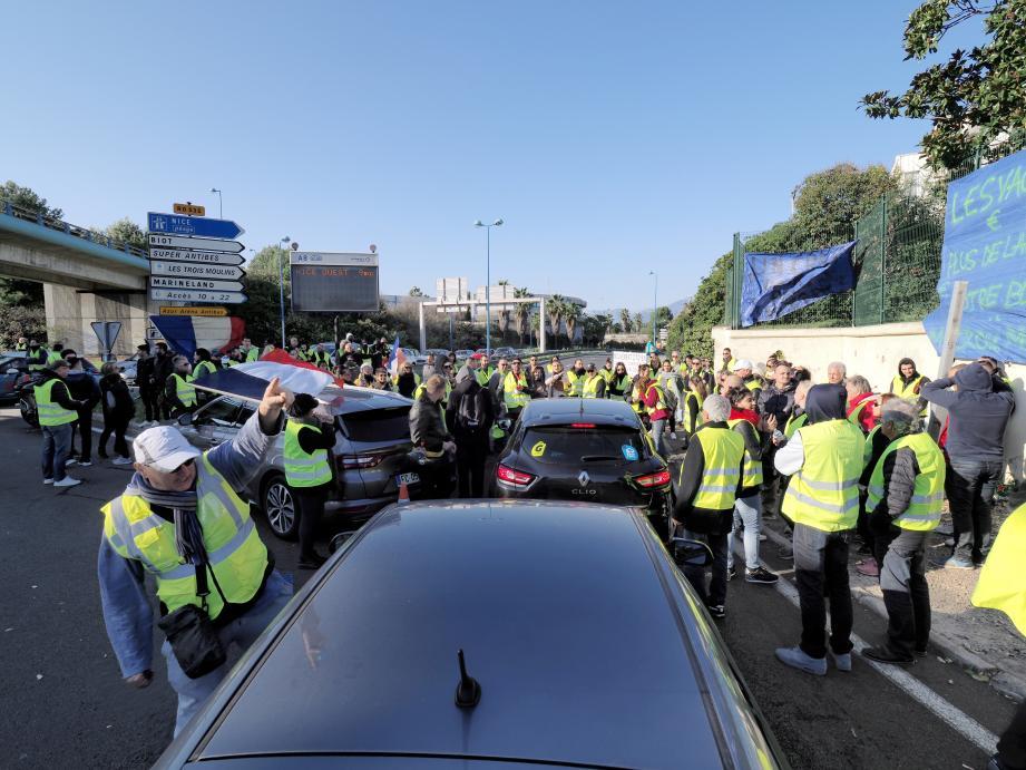 Manifestation au rond point de Provence à l'entrée de l'autoroute A8 à Antibes.