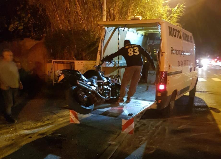 Le choc a fait un blessé léger : le motard. Il a été transporté à l'hôpital et sa moto enlevée par une entreprise remorquage.