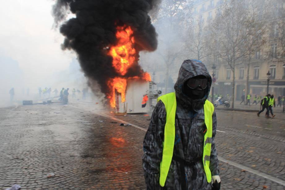 Une remorque en feu lors de la manifestation des gilets jaunes sur les Champs Elysées à Paris ce samedi matin.