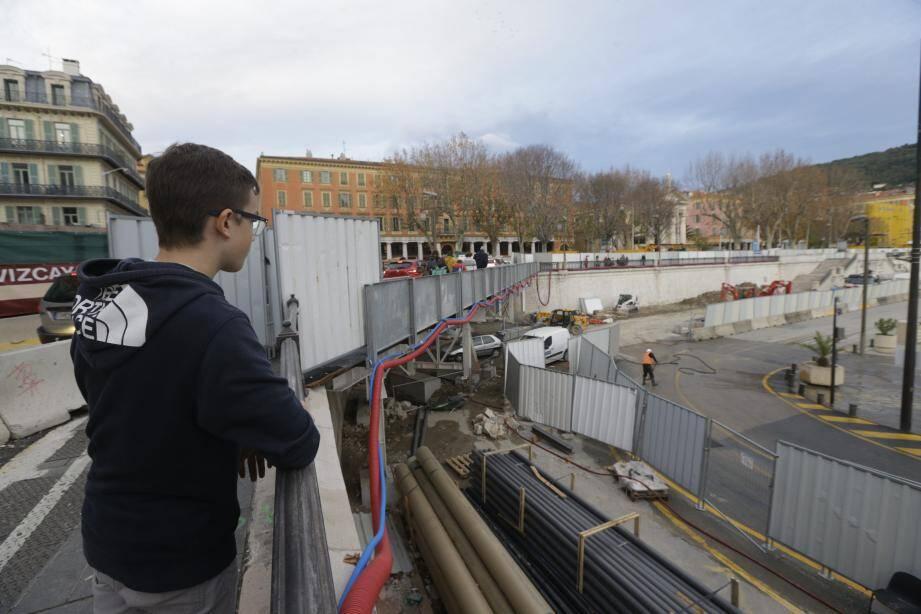 Le pont (à gauche sur la photo) installé sur 12 pieux au-dessus de la future sortie du tramway permet aujourd'hui aux voitures d'enjamber le quai Cassini, à sens unique.