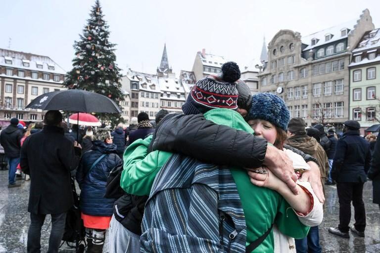 Sur la place Kleber, près du mémorial improvisé en hommage aux victimes de l'attentat de Strasbourg.