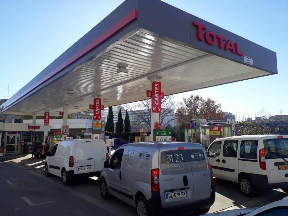 Station essence prise d'assaut par les automobilistes qui craignent une nouvelle pénurie.