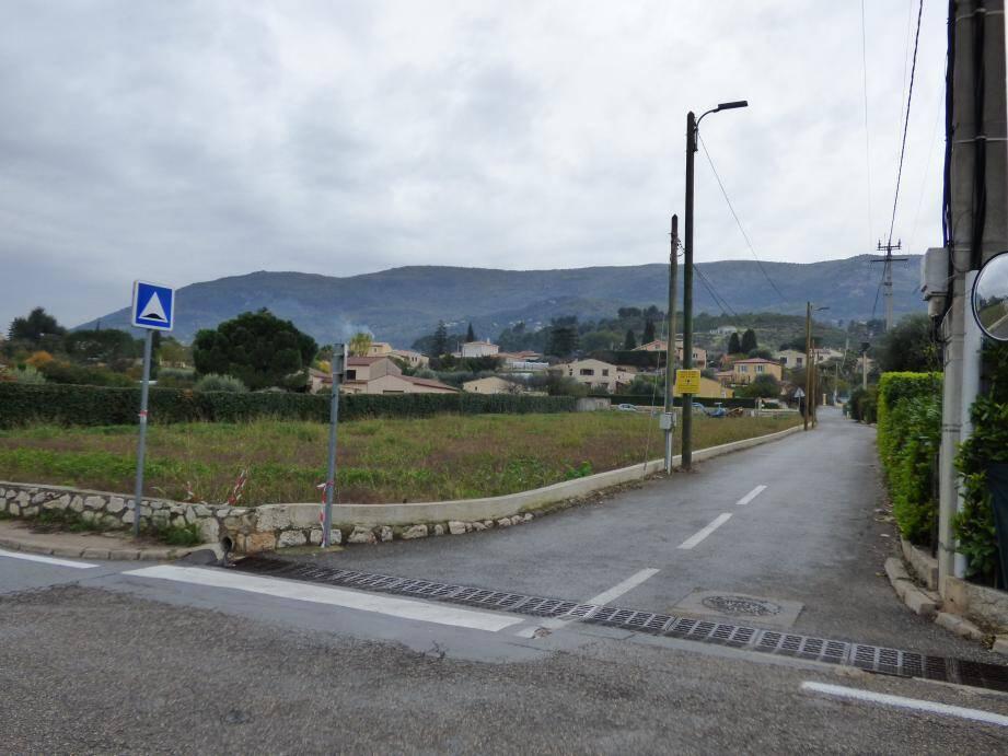 C'est ce terrain, à l'angle de la route des Plans et du chemin des Selves, qui restera communal et recevra la « maison de la fraise», ainsi que la mise en culture du fruit emblématique de Carros.