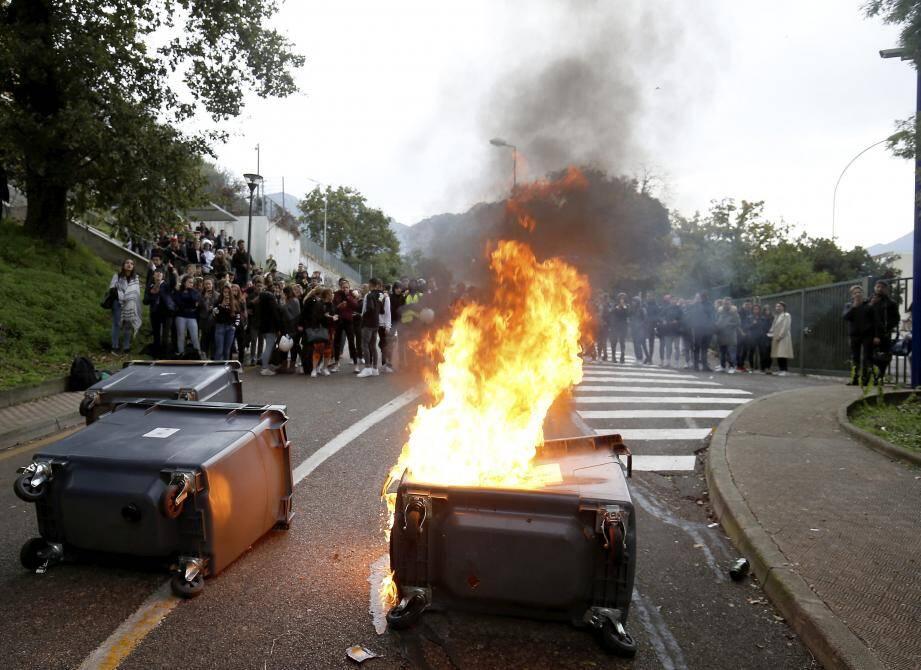 Une centaine de lycéens s'est mobilisée hier matin devant le lycée Pierre-et-Marie-Curie de Menton.