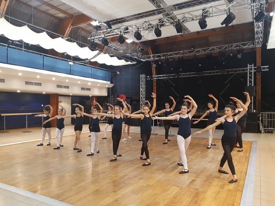 Les jeunes danseuses mettent les bouchées doubles pour être prêtes pour la représentation du 16 décembre.