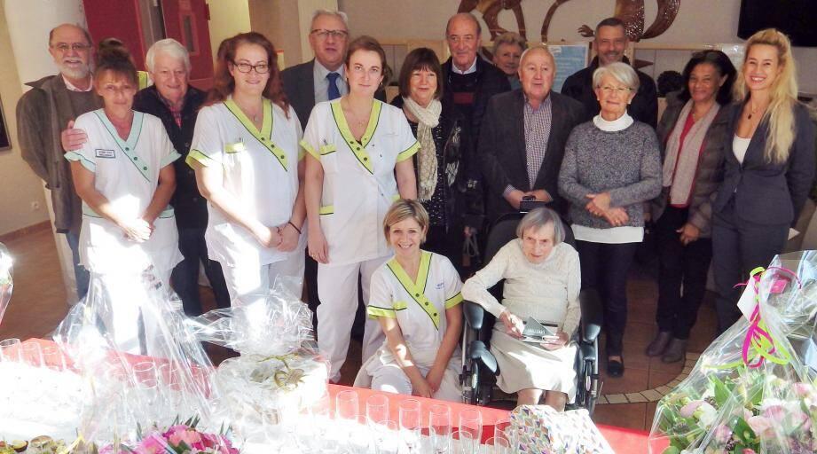 Gisèle, entourée des personnels de l'Ehpad et des élus, a reçu fleurs et présents.