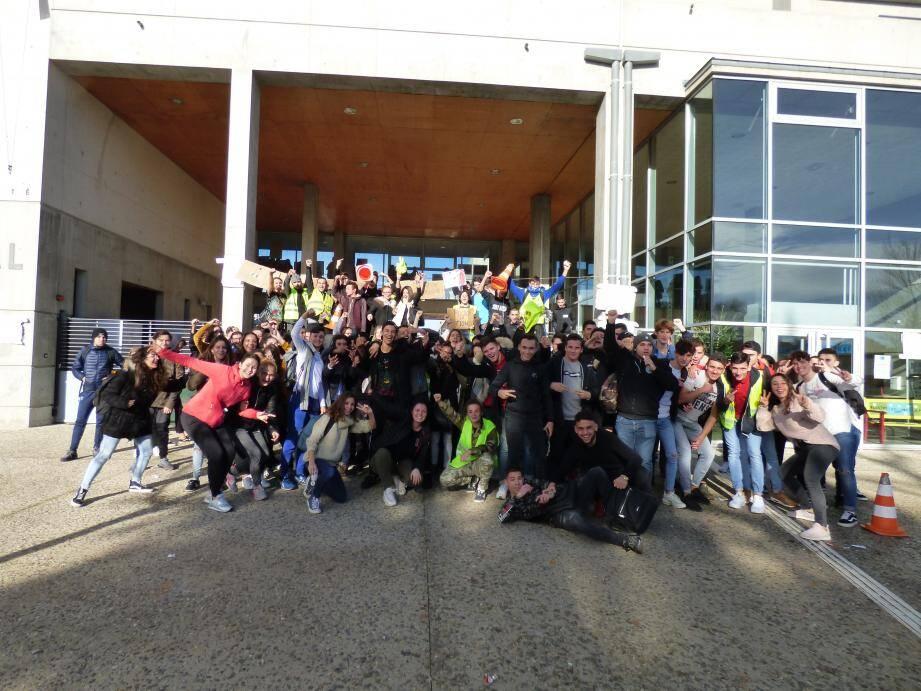 Dénonçant des autorités publiques « pas à l'écoute » et une société créatrice d'« inégalités », les jeunes manifestants de Saint-Maximin ont tenu à faire entendre leur colère hier toute la journée jusqu'à l'arrivée des transports scolaires.
