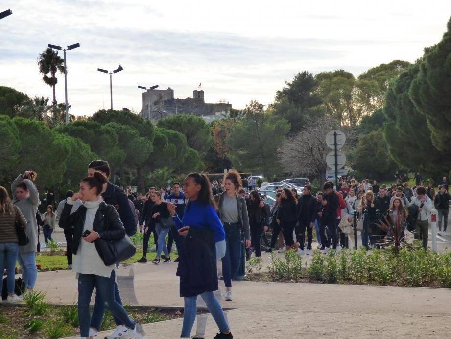 A la mi-journée, les élèves ont commencé à manifester.