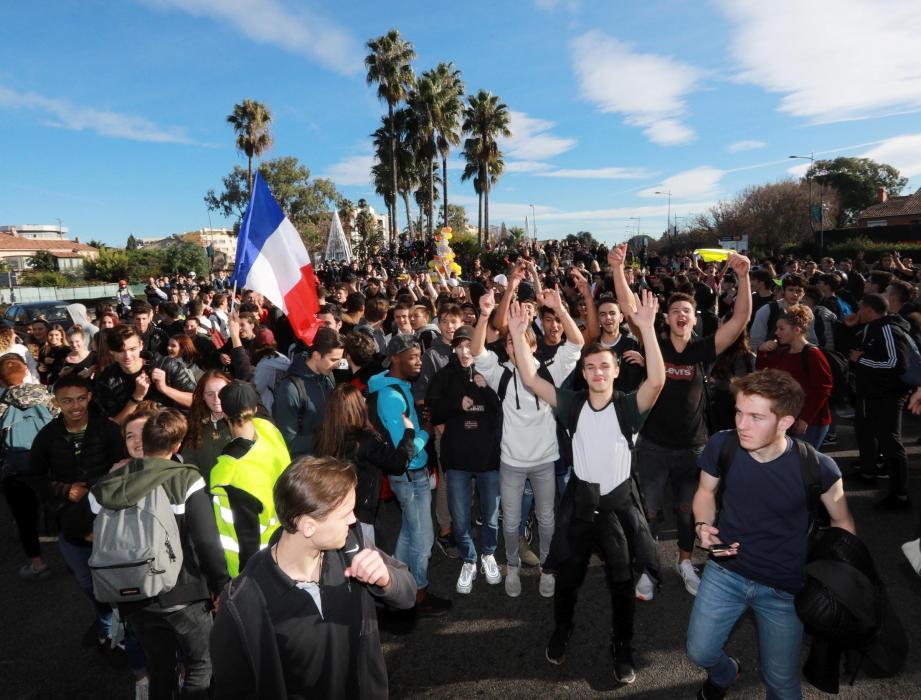 Les porte-parole des lycéens parlent de 1000 à 1500 manifestants tandis que la police avance le chiffre de 600.