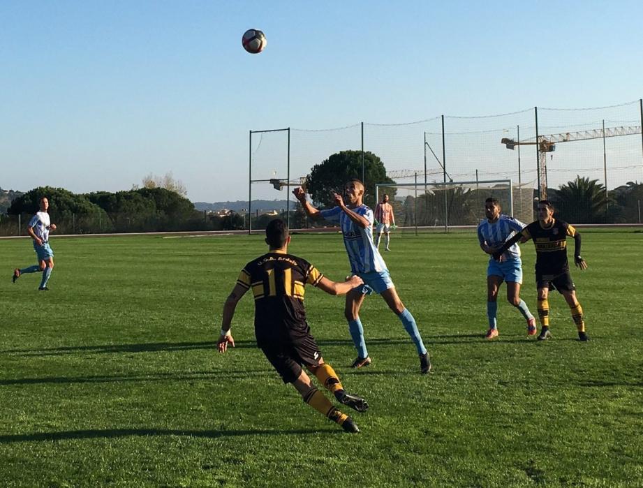 Les footballeurs maximois (en ciel et blanc) ont concédé à Toulon leur troisième défaite de la saison.