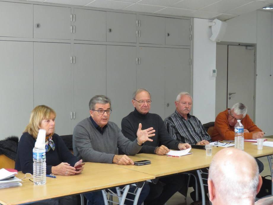 Me Rebuffat, à gauche, Patrice Esquoy, élu au port, Jean-François paris, le président, et les membres de son bureau.