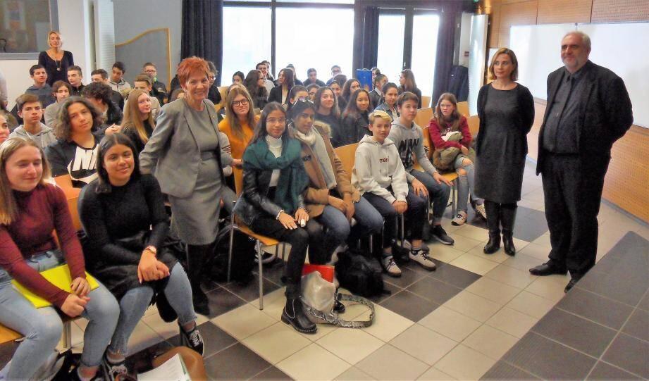 """Lundi matin, la députée Geneviève Levy (debout au mileu des élèves) participait au projet """"Éloquence"""" porté par les professeurs de français du collège Voltaire."""
