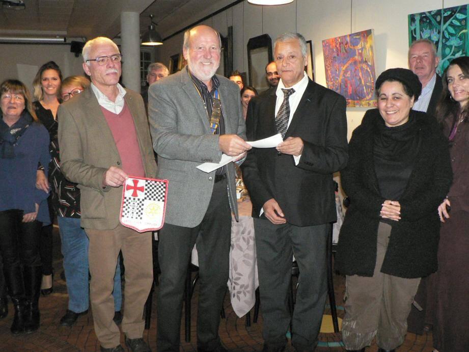 Entouré des rotariens, F. Patoureaux a remis un chèque bien utile à Khemissi Makabrou.