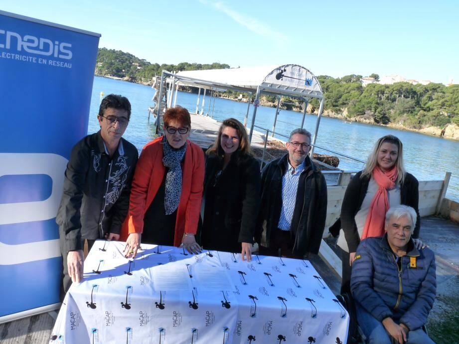 Les signataires de la convention de partenariat entre Enedis et l'association, mercredi devant le ponton Pierre-Caron, à Giens.