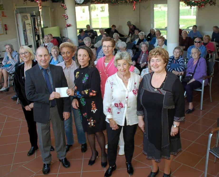 Dominique Bertrand a remis un chèque de 500 euros au directeur de la maison de retraite Manon des sources, Philippe Leflanchec.