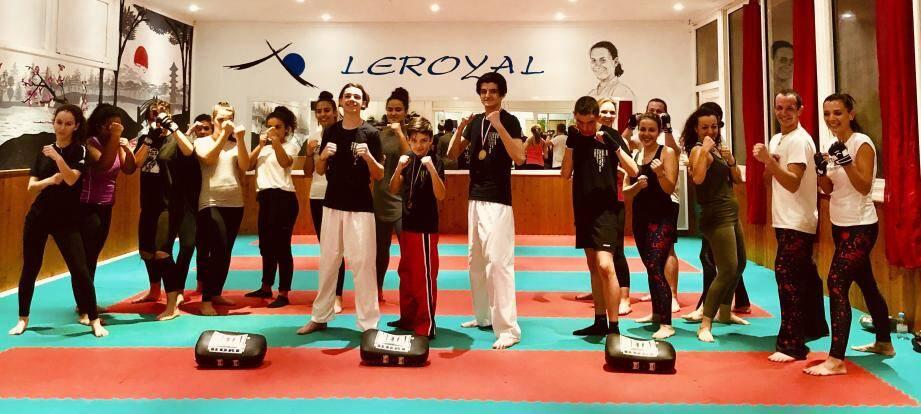 Les compétiteurs entourés des élèves du cardio boxe.(DR)
