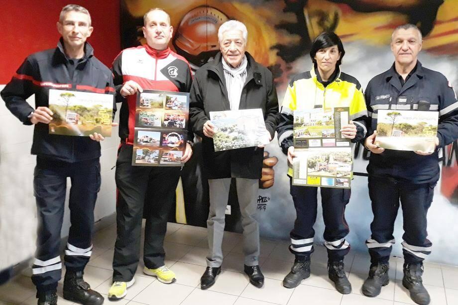 Claude Pianetti, maire, présente le calendrier en compagnie de soldats du feu.