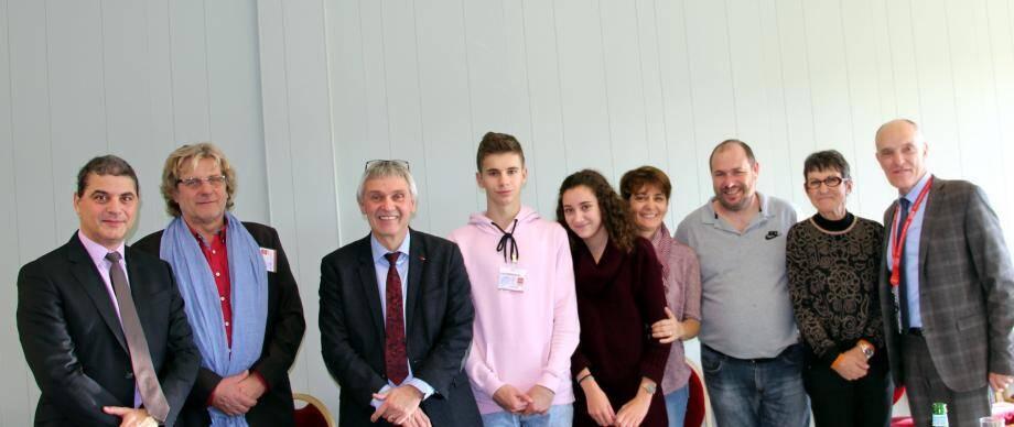 Au centre, J. Vayron (cravate), Théo et Floria, Christine et Fabrice animateurs Jeunes vinonnais, et les élus qui les entourent.