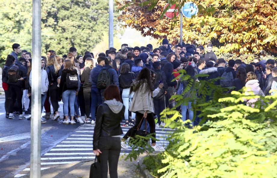 Hier matin, devant le lycée Curie de Menton.