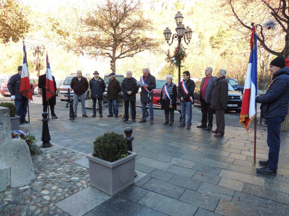 à La Brigue (à gauche), hommage aux soldats Morts pour la France de 1952 à 1962. à Tende (à droite), l'hommage rendu aux soldats Morts pour la France en Afrique du Nord s'est déroulé en présence des mêmes personnalités que pour la commune de La Brigue avec la même ferveur, la Marseillaise a été chantée en chœur y compris des commerçants du marché.(DR)