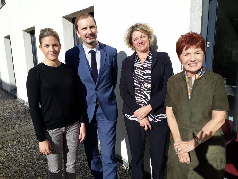 Les trois députées du Var entourent le bâtonnier des avocats de Toulon qui les a invitées à débattre de la réforme de la justice en cours. Animé !