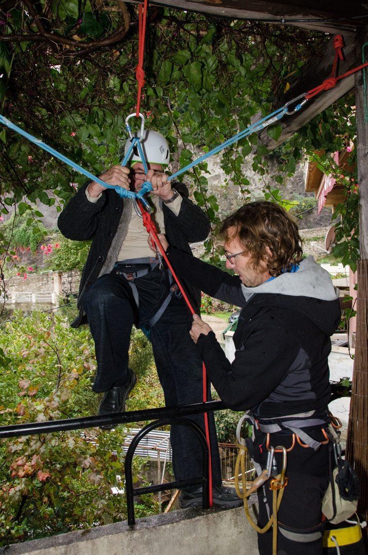 David Langsweirt, moniteur d'escalade, assure la descente en rappel d'un senior courageux.