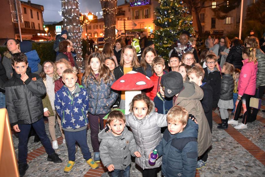 À gauche : Les enfants autour du champignon magique qu'ils ont actionné avec la Première adjointe pour lancer les illuminations. À droite : Gabin, Nolann et Texane furent les premiers à déposer leur lettre au Père Noël.