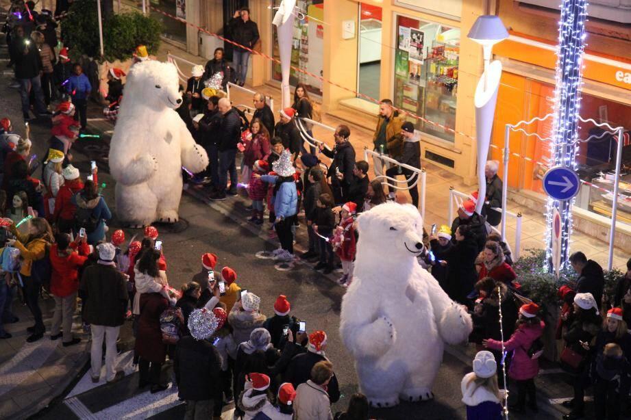 Les rues de Beausoleil avaient des airs de conte fantastique, vendredi soir, lors de la Parade des Lumières.