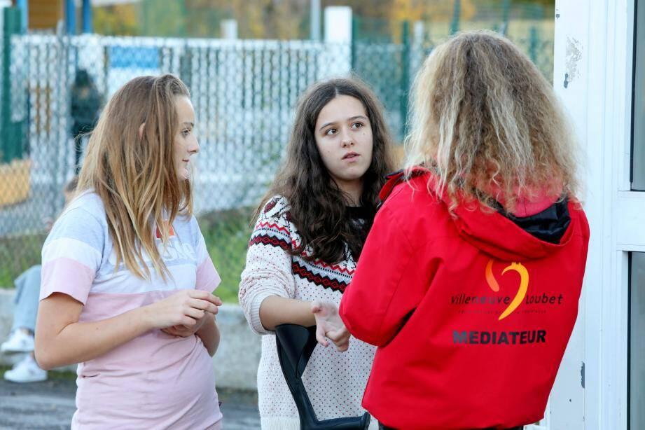 Le rôle des médiateurs de l'Adosphère de Villeneuve-Loubet, surveiller et sécuriser les abords du collège Romée, qui compte 700 élèves. Océane et Lola y trouvent une oreille attentive mais aussi un rappel des règles qui sécurisent.