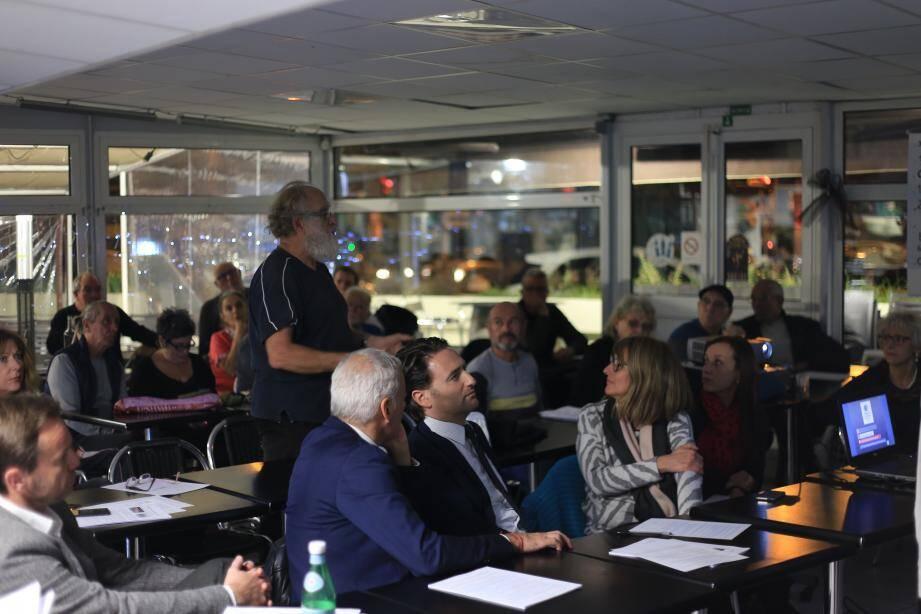 Plusieurs élus locaux ont assisté à la réunion publique.