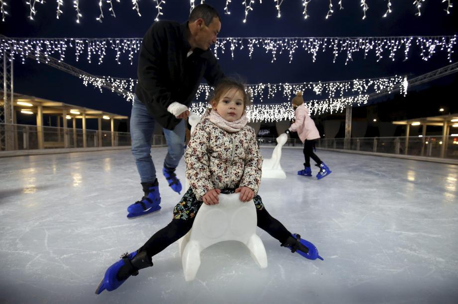 D'une surface totale de 500 m2, la patinoire de Menton, installée en face du musée Cocteau, est presque deux fois plus grande que les années passées.