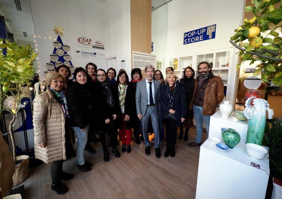 La vingtaine d'artisan(e)s d'art réunis autour de Jean-Pierre Galvez, président de la chambre de métiers, et de Michèle Sasso, adjointe au maire de Cagnes.