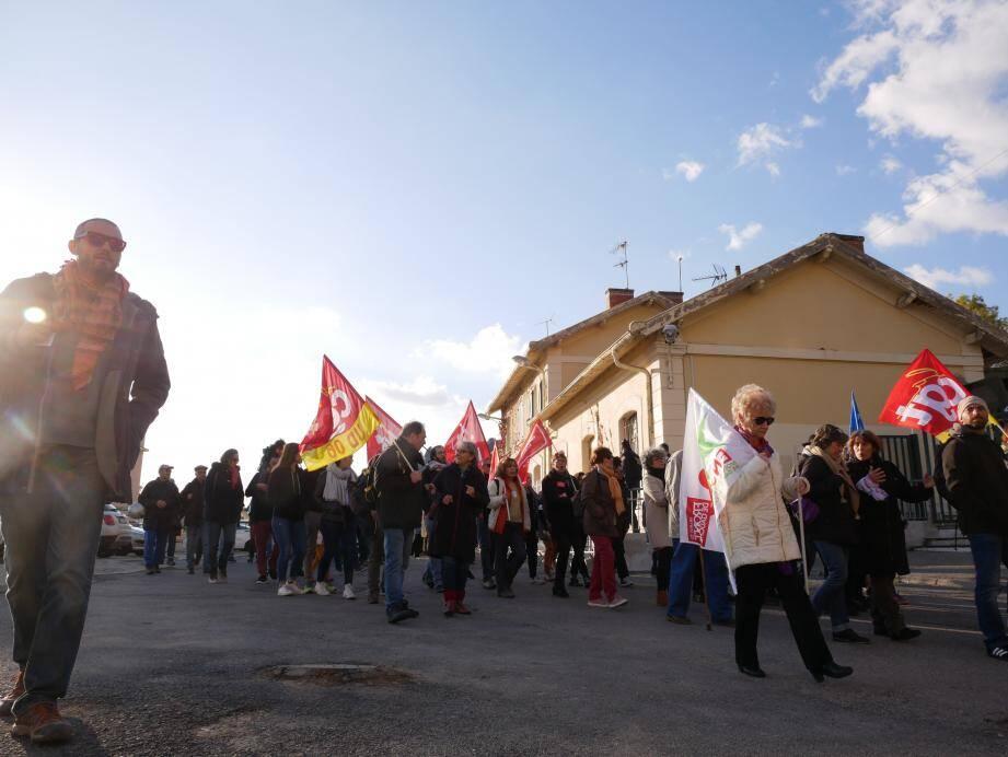 Parti de la gare de Menton-Garavan, un cortège de 120 personnes s'est dirigé vers la frontière.