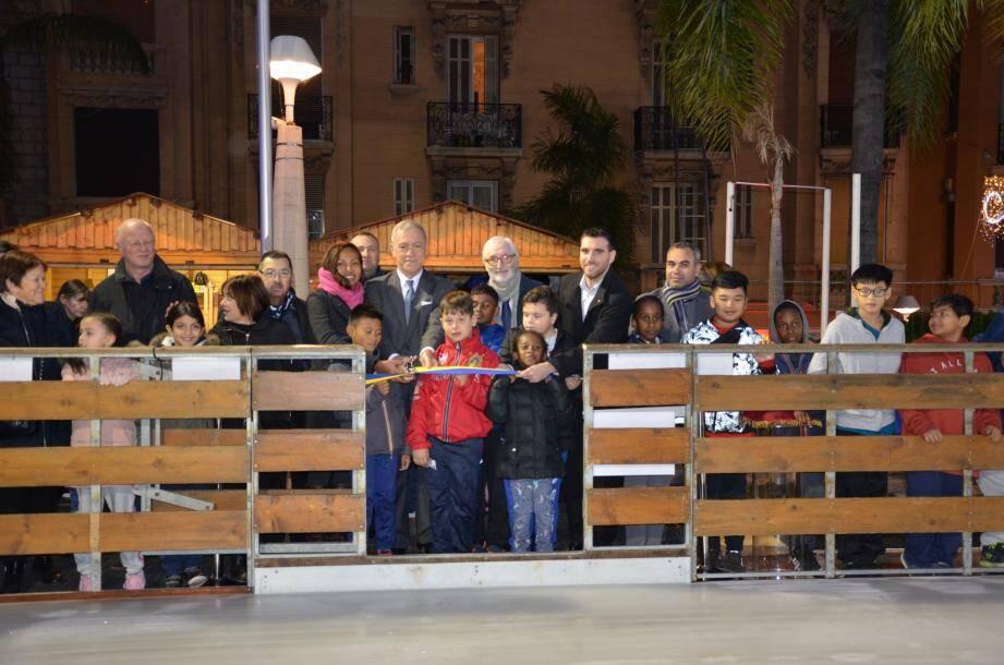 L'impatience des enfants était palpable autour du maire et des élus,  lors de la coupure du ruban de la patinoire.