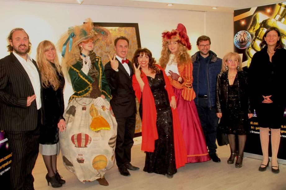 Devant un tableau de Dana York, au centre Richard Rittelmann (baryton), Vanina Aronica, des créations de Marie-Laure Ruche portées ainsi que Maria Salamone (poétesse) avant dernière à droite…