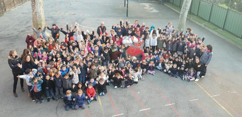 Durant trois semaines, les 170 élèves de l'école Saint-Mathieu ont fait don de leurs jouets, en menant une grande collecte de Noël. Des présents destinés aux pitchouns des Restos du Cœur de Grasse.