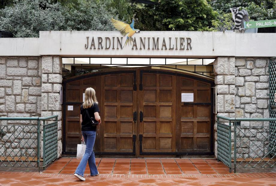 Fermées le 7 août 2018, les portes du Jardin animalier resteront closes jusqu'au printemps prochain. Sur la photo de droite, on voit la partie privative de la falaise qui couvre l'intégralité du Jardin animalier, jusqu'à l'arrondi visible en dessous du Palais princier.