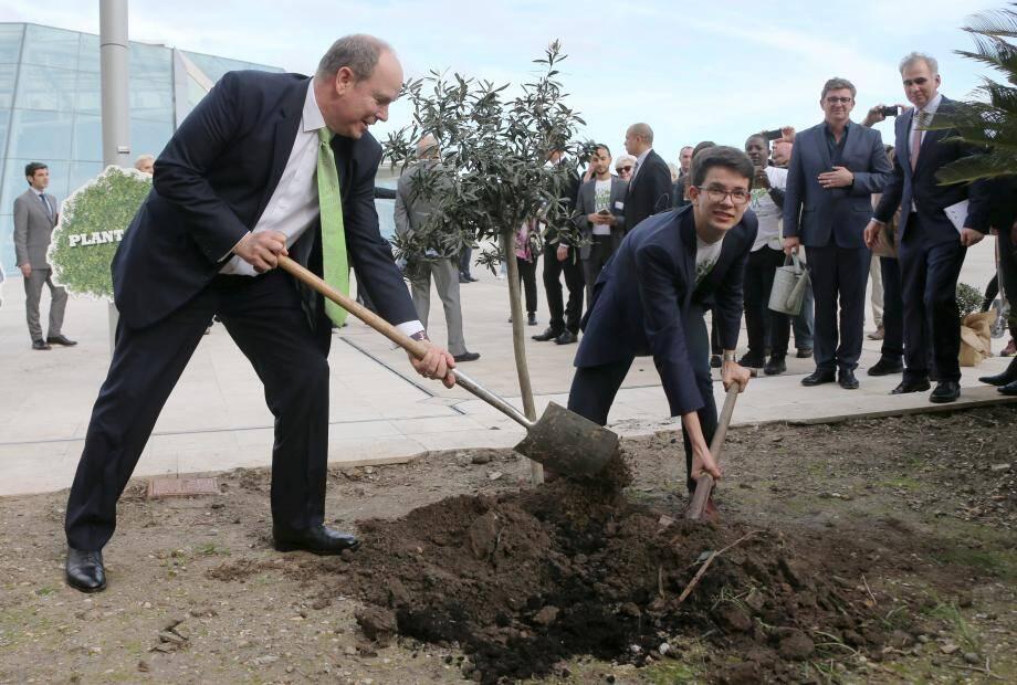 Le prince Albert II a planté un arbre avec Felix Finkbeiner, à l'origine de la campagne 1000 milliards d'arbres.