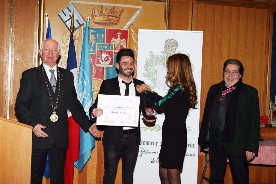 Le chanteur Grégory Bakian a été élevé au rang d'officier de la Ligue universelle du bien public.