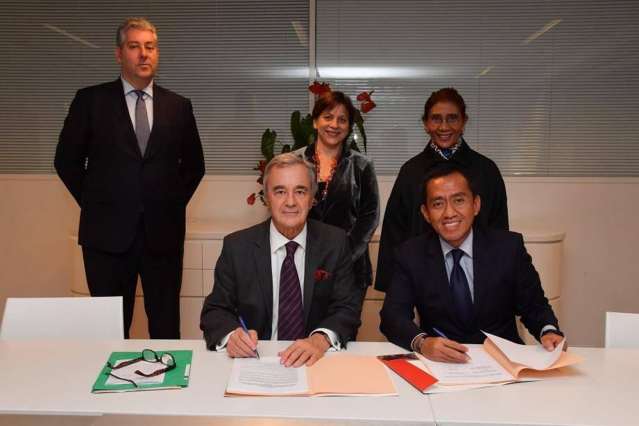 Patrick Rampal, président du centre scientifique de Monaco et Brahmantya Satyamurti Poerwadi, directeur général pour la Gestion de l'espace marin (Indonésie) lors de la signature.