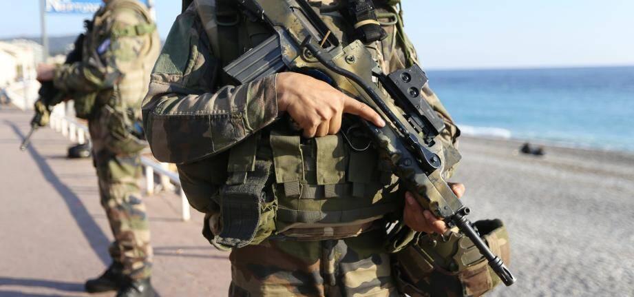 Face à la menace terroriste, des militaires de la force Sentinelle se chargent aussi de la surveillance des synagogues et écoles juives à Nice.