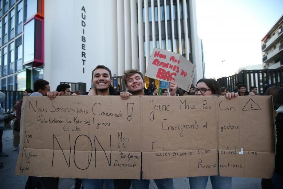 Un comité d'accueil s'est posté devant l'entrée du lycée Jacques-Audiberti à Antibes, ce mardi matin.