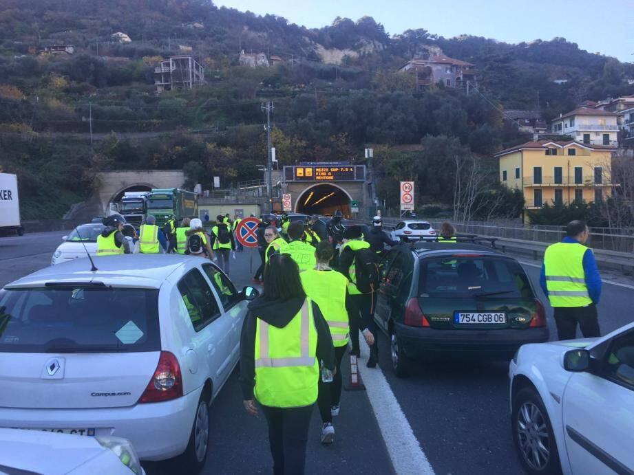Les manifestants à la frontière franco-italienne le 8 décembre dernier.