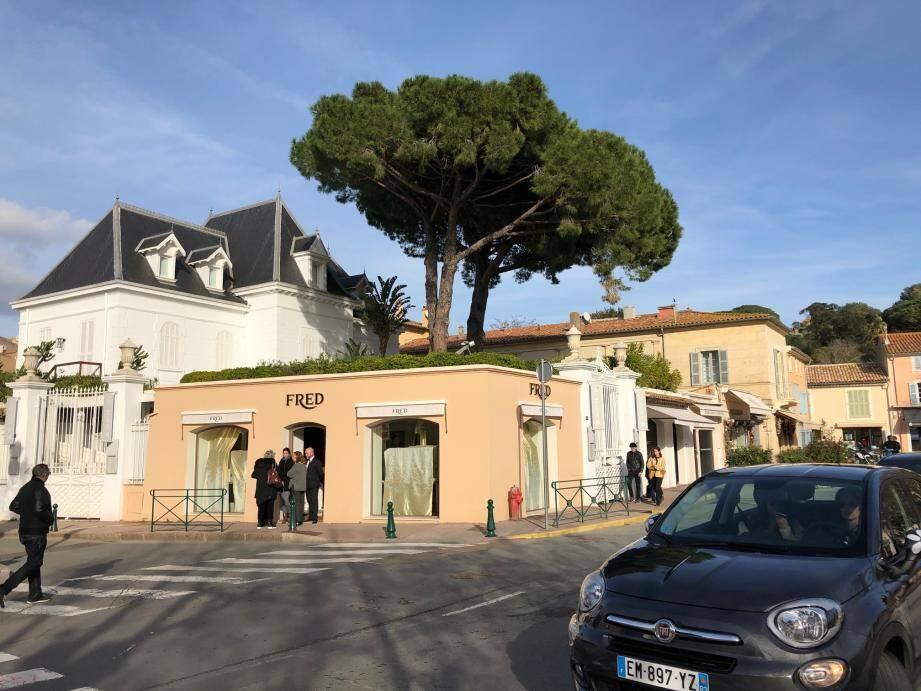Le hold-up s'est déroulé au cœur du village, dans le carré d'or des enseignes de luxe face à la célèbre Place des Lices.