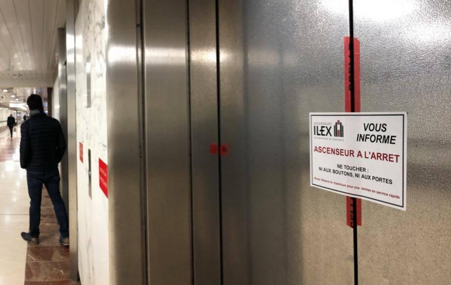 L'un des deux ascenseurs montant au boulevard de Belgique ne fonctionne plus depuis une semaine.
